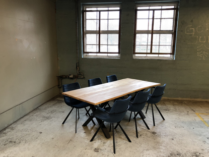 Billede af Claes spisebordssæt med 6 stk Ventus Post stole i blå velour